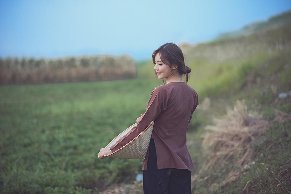 Thu Hương đã làm toát lên vẻ đẹp đằm thắm, dịu hiền và tính cách đảm đang của người con gái nông thôn miền Bắc trong bộ ảnh này.