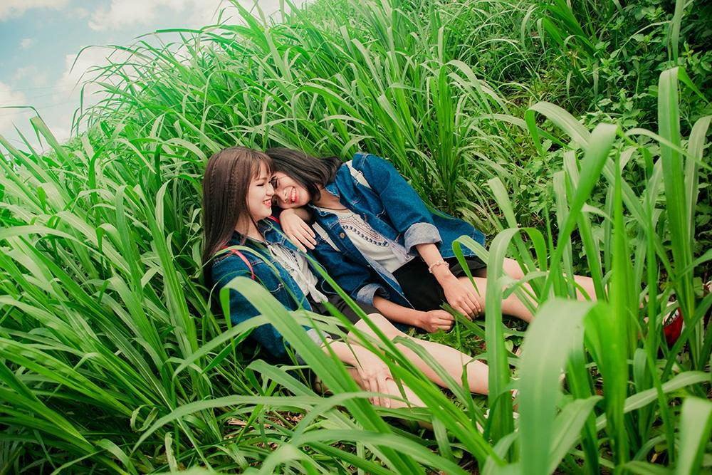 Bộ ảnh này được hai em chụp tại cánh đồng cỏ Hoàng Anh Gia lai gần TP. Pleiku (Gia Lai).