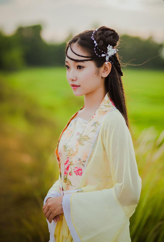 Bộ ảnh được thực hiện với ý tưởng cosplay chị Hằng Nga, lấy bối cảnh là cánh đồng lúa ở Quảng Ngãi.