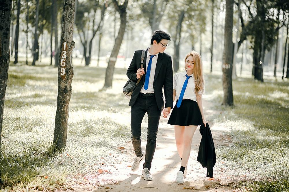 Cặp đôi yêu xa nổi tiếng trên mạng xã hội Như Thơ - Nino. Họ từng được ví là cặp đôi đũa lệch vì chiều cao chênh lệch. Nino cao 1,9m còn Như Thơ chỉ cao 1,6m