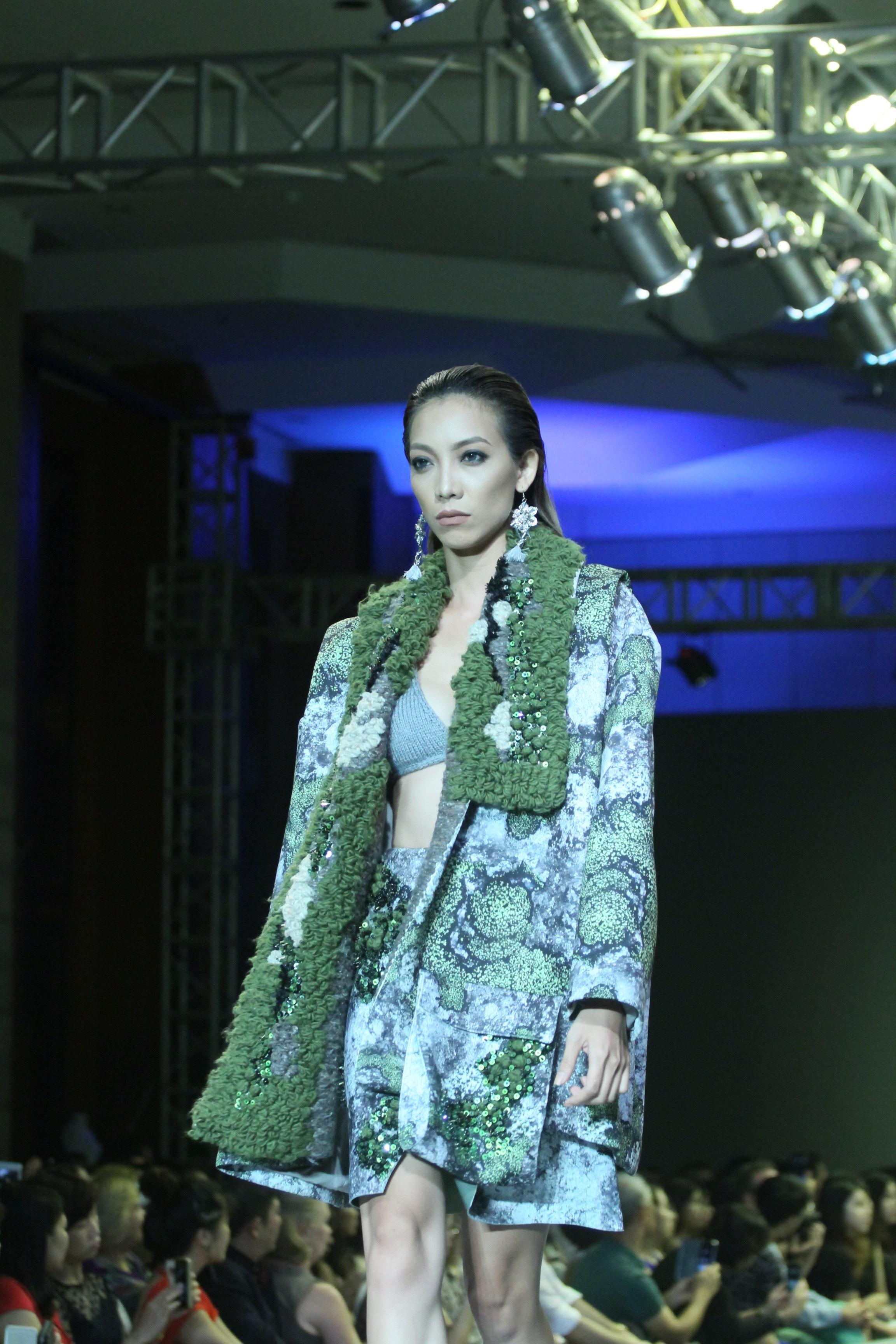 Những bộ trang phục được thiết kế tinh tế, quyến rũ đều do bàn tay sinh viên Việt phù phép.