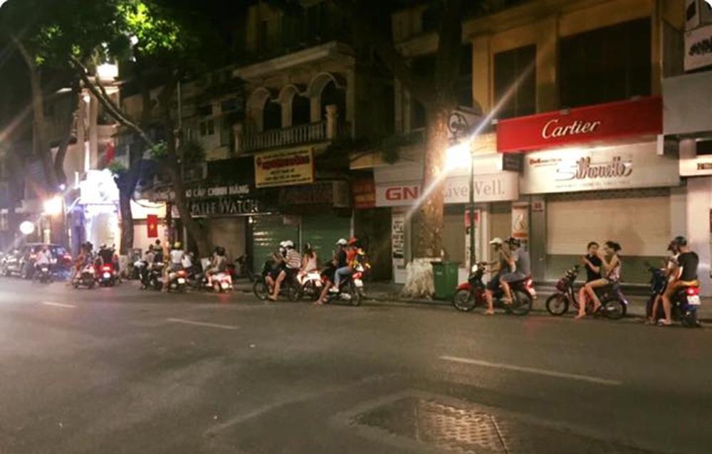 Bạn trẻ tụ tập trên phố Hàng Khay giữa đêm khuya để bắt Pokemon.