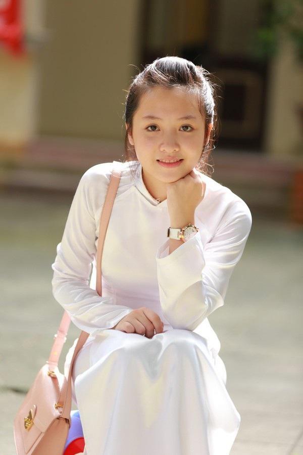 """Ngọc Diệu vốn được biết đến là hot girl thế hệ mới của trường THPT Phan Đình Phùng sau những cái tên """"đàn chị"""" như Trâm Anh, Quỳnh Anh Shyn… Cô nàng được yêu mến bởi gương mặt mộc xinh đẹp cực kỳ nữ tính, hiền dịu."""