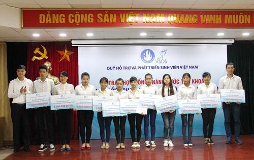 Anh Bùi Quang Huy - Bí thư Trung ương Đoàn trao học bổng cho sinh viên có hoàn cảnh khó khăn.