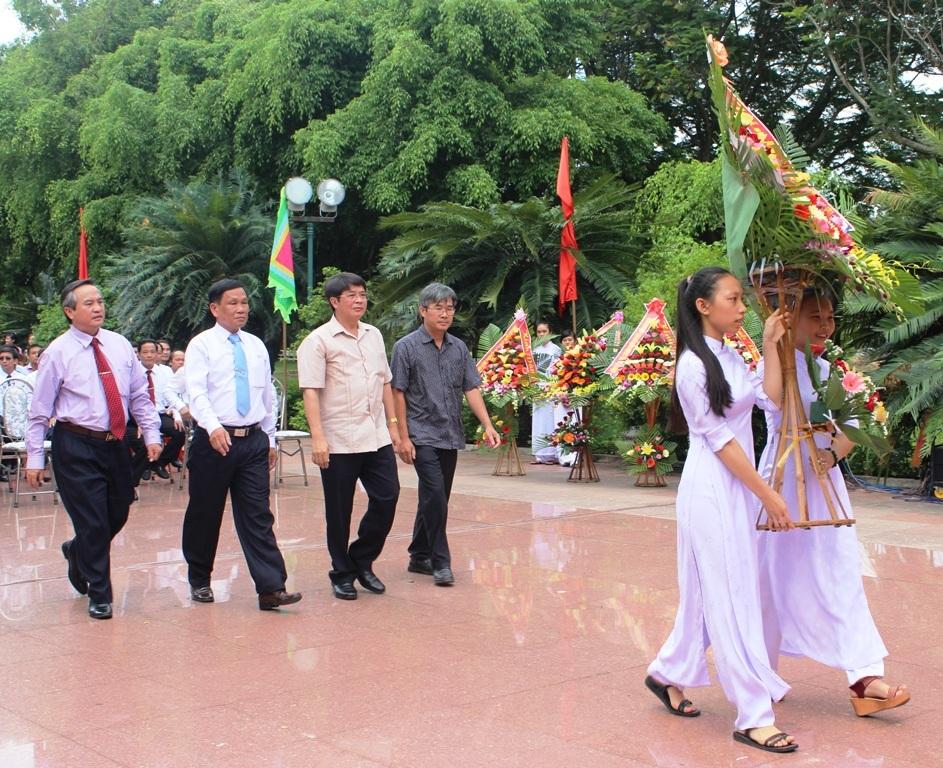 Dâng hoa trước Tượng đài vua Quang Trung