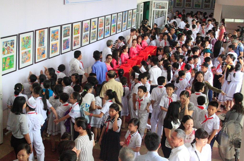 Lễ cắt băng khai mạc Triển lãm tranh với văn hóa giao thông