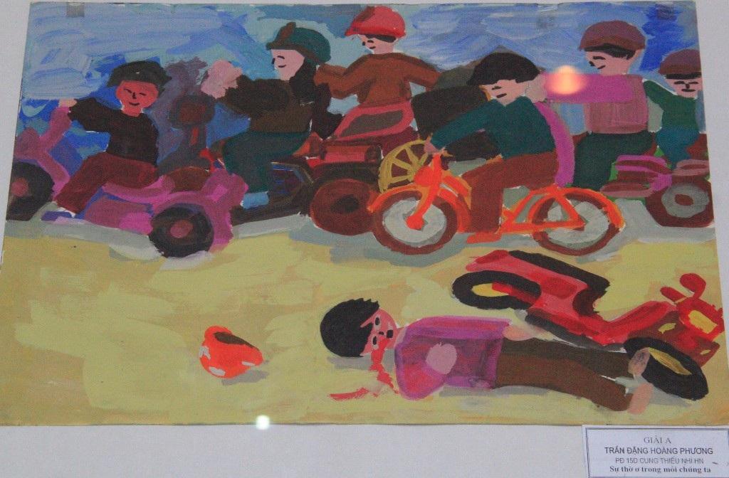 Hay một tác phẩm giải A khác nói về sự thờ ơ trong mỗi chúng ta khi thấy người tham gia giao thông gặp nạn