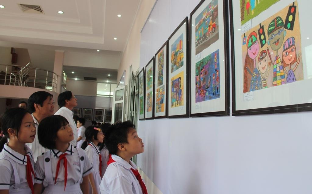 Với tâm hồn trẻ thơ, trong sáng nhưng nhiều em đã vẽ những bức tranh sinh động đánh động ý thức của người tham gia giao thông.