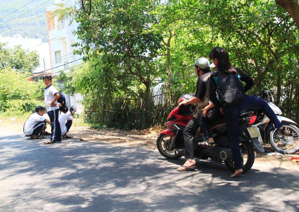 Học sinh ở khu 1, 2 Bãi Xép (phường Ghềnh Ráng, TP Quy Nhơn) hàng ngày phải xin xe người đi đường đến trường.