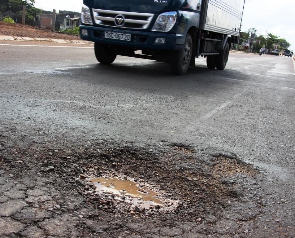 Mặt đường QL1 đoạn qua huyện Phù Cát (Bình Định) bị bong tróc