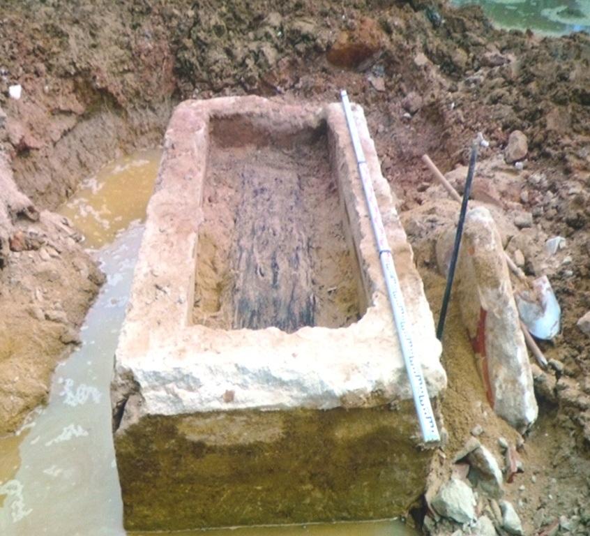 Quan tài làm bằng gỗ, quách bằng hỗn hợp vôi vữa, mật, chất dẽo... dự đoán ngôi mộ cổ có niên đại thế kỷ XIX