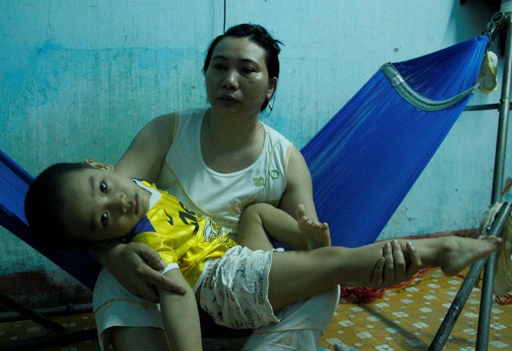 Chị Ngà vừa nói vừa khóc khi kể về con trai 5 tuổi của mình bị bại não