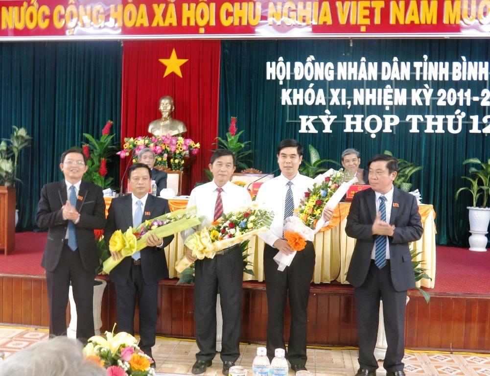 Lãnh đạo tỉnh tặng hoa cho 2 tân Phó Chủ tịch tỉnhvàỦy viên UBND tỉnh Bình Định nhiệm kỳ 2011-2016.