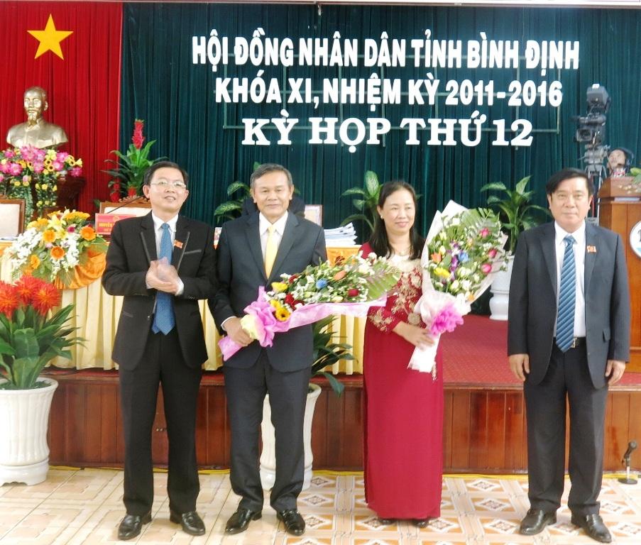 Trước đó,các đại biểu HĐND tỉnh Bình Định cũng đã biểu quyết miễn nhiệm chức danh Phó Chủ tịch UBND tỉnh nhiệm kỳ 2011-2016 đối với ông Mai Thanh Thắng và bà Trần Thị Thu Hà.