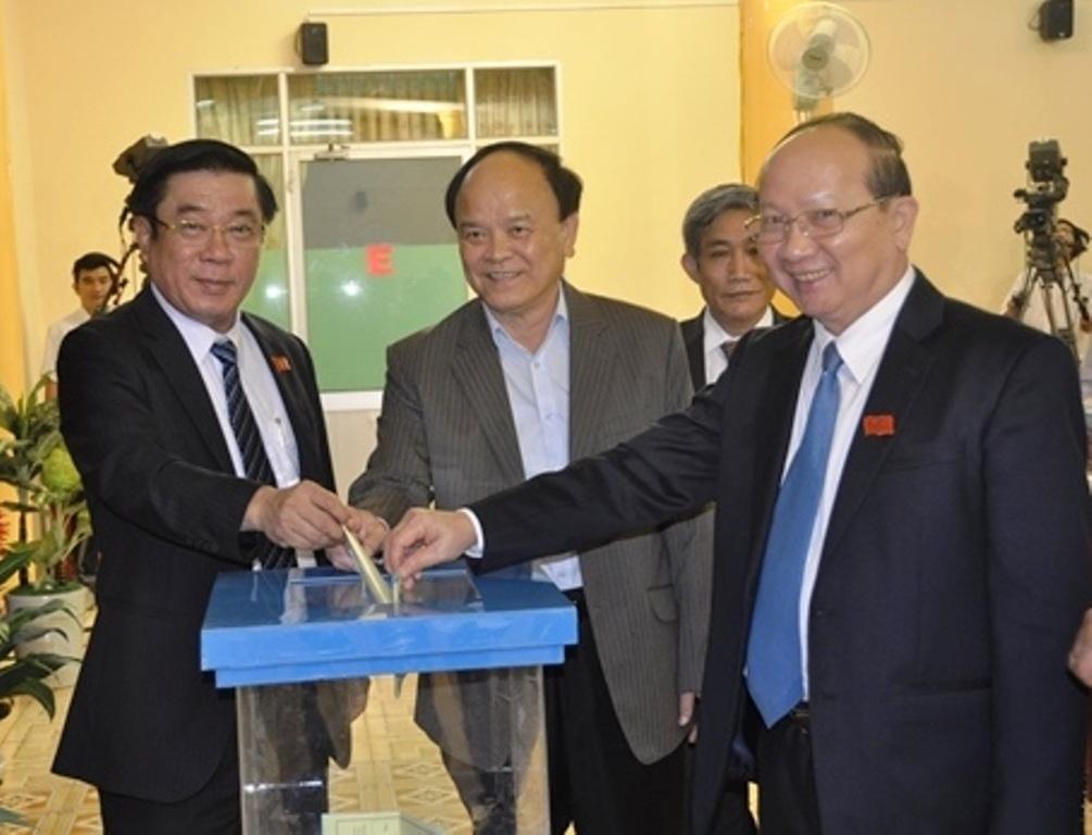 Nguyễn lãnh đạo tỉnh và lãnh đạo tỉnh Bình Định bỏ phiếu tín nhiệm bầu 2 Phó Chủ tịch UBND tỉnh mới