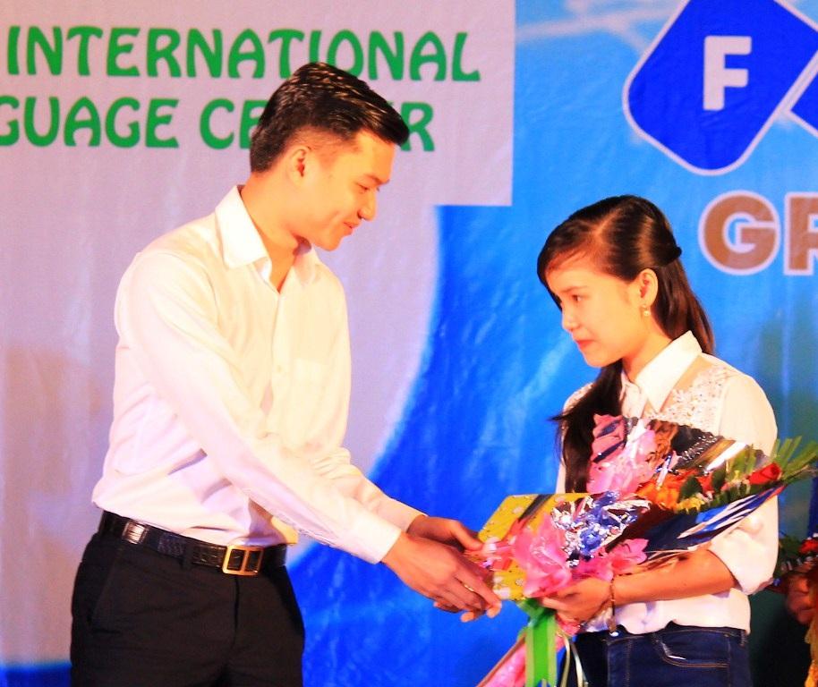 Bí thư Tỉnh đoàn Bình Định, anh Nguyễn Minh Triết trao quà cho sinh viên đạt Giải thưởng Sao Tháng Giêng