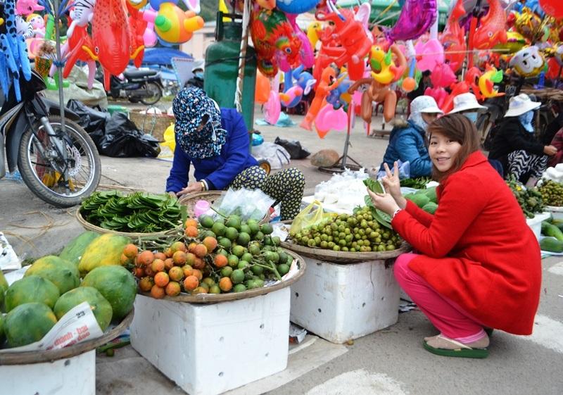 Còn thiếu nữ đến chợ mua cau trầu để cầu duyên thắm tình nồng