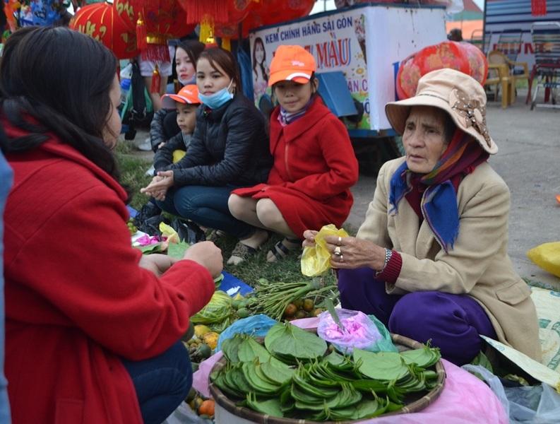 Người đến chợ mua quả cau, lá trầu lấy lộc đầu năm mới