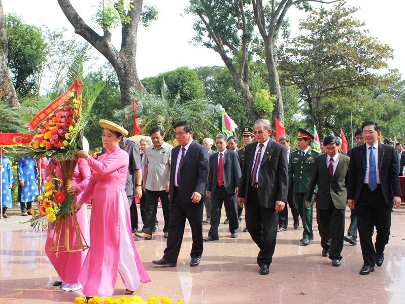 Các đại biểu dâng hoa trước Tượng đài vua Quang Trung theo nghi lễ truyền thống