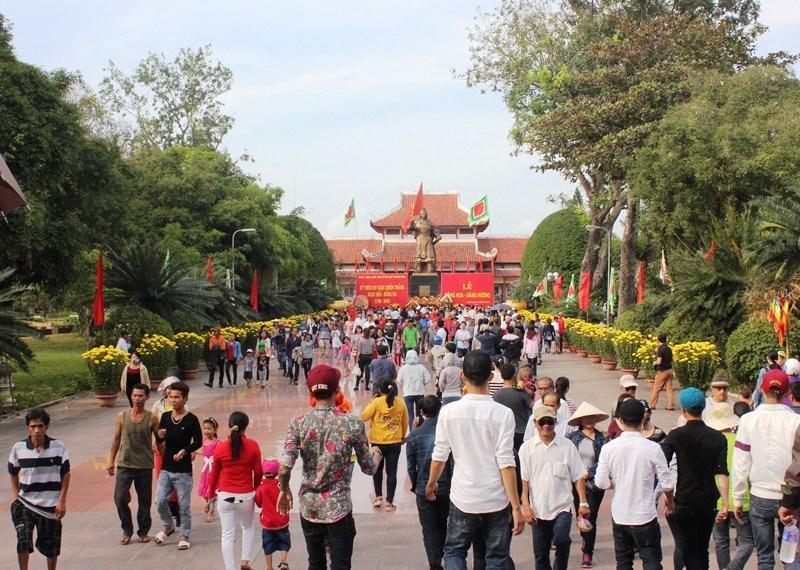 Hàng vạn người dân nô nức về Bảo tàng Tây Sơn (huyện Tây Sơn, Bình Định) dự lễ kỷ niệm 227 năm Chiến thắng Ngọc Hồi - Đống Đa (1789 - 2016)