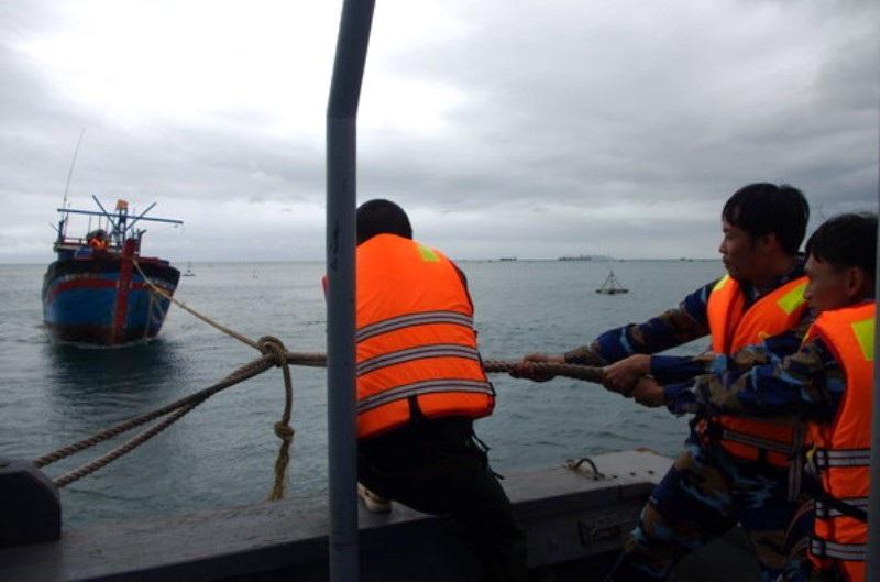 Tàu BP 320602 của Hải đội biên phòng 2 (Bộ đội biên phòng tỉnh Bình Định) cứu tàu cá cùng 2 ngư dân gặp nạn thả trôi tự do trên biển trong điều kiện thời tiết xấu