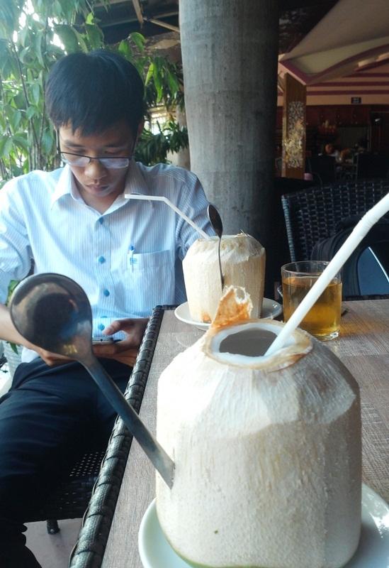 Dừa Xiêm Bến Tre vào quán cà phê ở TP Quy Nhơn có giá 25.000 - 35.000 đồng/quả