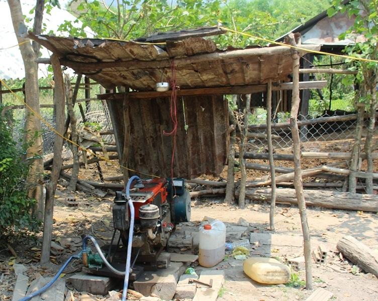 Người dân nào có điều kiện thì tự mua máy phát điện rồi 3-4 gia đình chung tiền mua dầu để thắp sáng