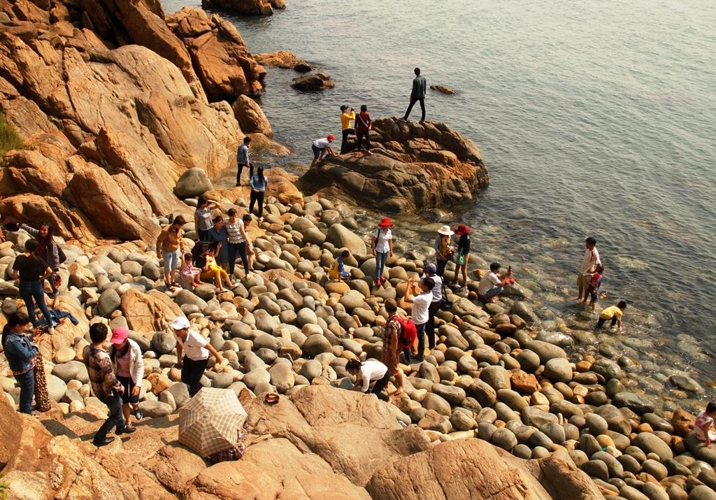 Du khách đổ về bãi tắm Hoàng Hậu (TP Quy Nhơn)