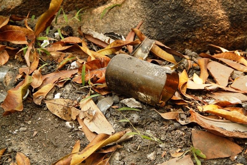 Vỏ chai rượu bằng thủy tinh vỡ vứt bừa bãi trong khuôn viên khu du lịch rất nguy hiểm