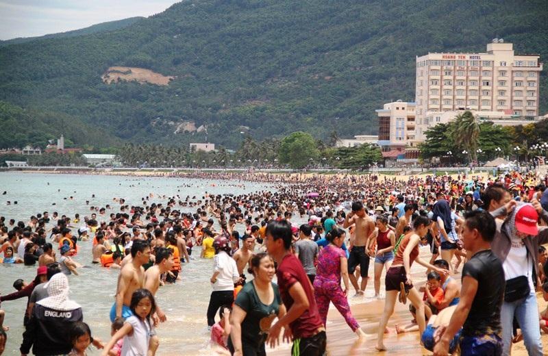 Hàng ngàn người dân ùa xuống biển tắm lấy hên, xả xui trong ngày Tết Đoan Ngọ tại bãi biển Quy Nhơn (Bình Định).