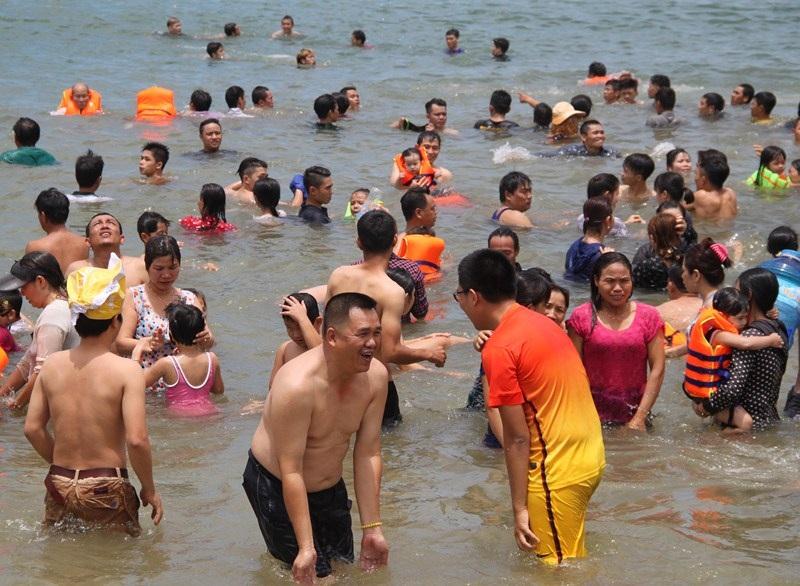 Có lẽ Bình Định là địa phương hiếm hoi người dân vẫn giữ phong tục tắm biển lúc chính ngọ ngày mùng 5/5 âm lịch.