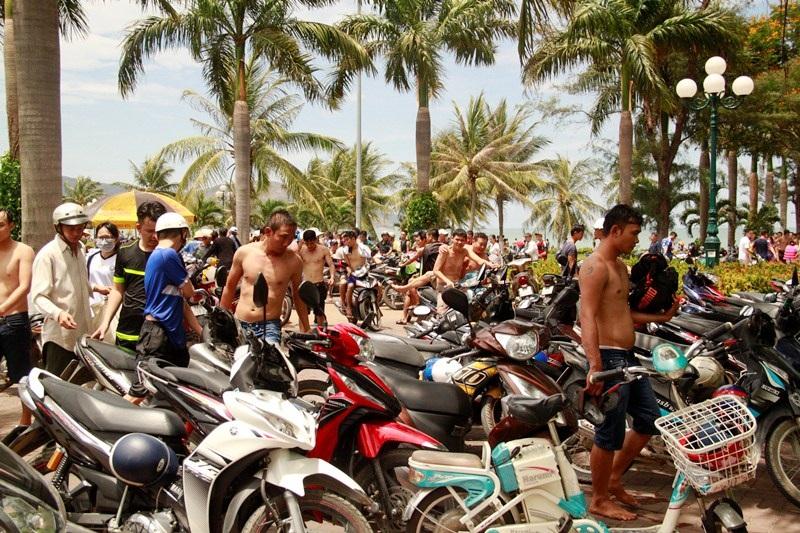 Với mức giá trông xe 5.000 đồng/chiếc xe máy, đây cũng là dịp hốt bạc của dịch vụ trông xe tự phát bên bờ biển.