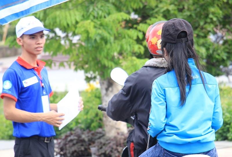 Ngay sau lễ ra quân, các tình nguyện viên đến các điểm tiếp sức thí sinh và người nhà