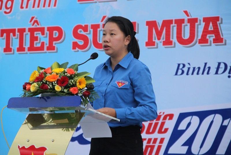 Bà Huỳnh Thị Anh Thảo, Phó Bí thư Tỉnh đoàn Bình Định phát biểu lễ ra quân chương trình Tiếp sức mùa thi năm 2016.