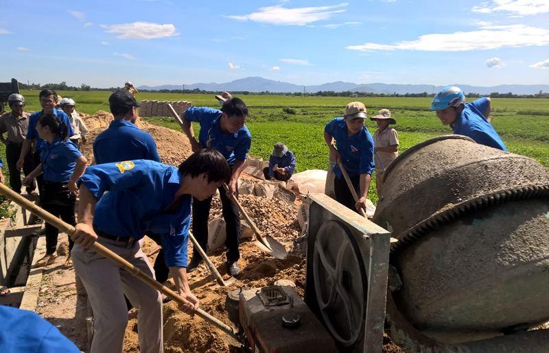 Đến làm đường bê tông nông thôn cho nhân dân
