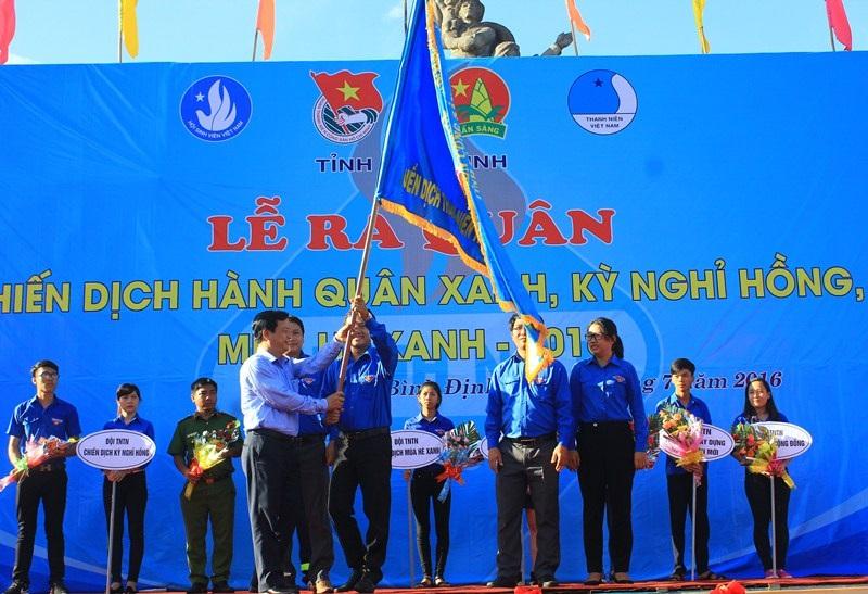 Phó Chủ tịch UBND tỉnh Bình Định Nguyễn Tuấn Thanh trao cờ lệnh cho Ban chỉ đạo Chiến dịch thanh niên Tình nguyện Hè 2016