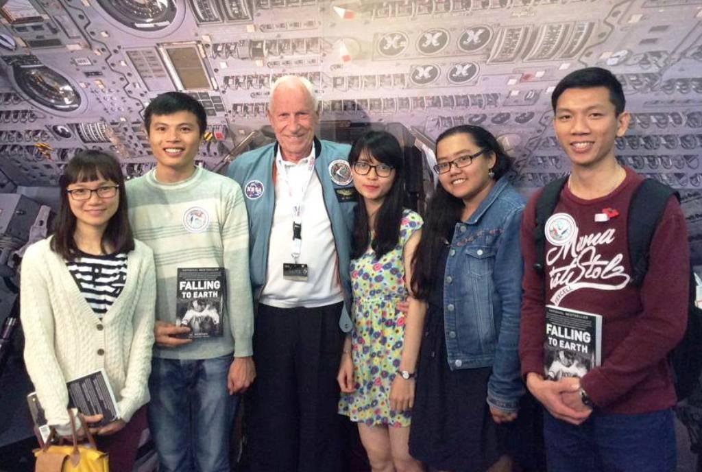 Lê Ngọc Trẫm (ngoài cùng phải) chụp hình với nhóm bạn yêu Vật lý thiên văn cùng giáo sư nước ngoài