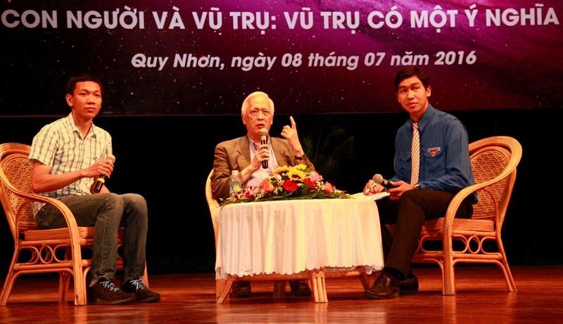 Lê Ngọc Trẫm (trái) phiên dịch cho GS. Trịnh Xuân Thuận trong buổi giao lưu với công chúng yêu khoa học tỉnh Bình Định