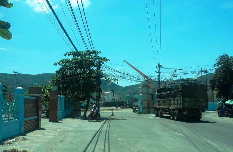 Cảng Thị Nại nơi hàng trăm công nhân đình công đòi tăng đơn giá bốc xếp hàng