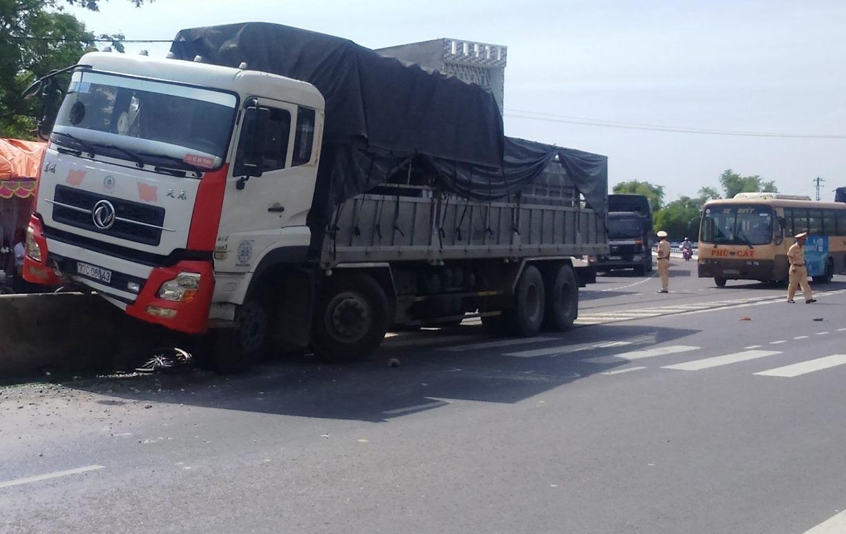 Xe đạp bị cuốn vào gầm xe tải, rất may nạn nhân chỉ bị thương