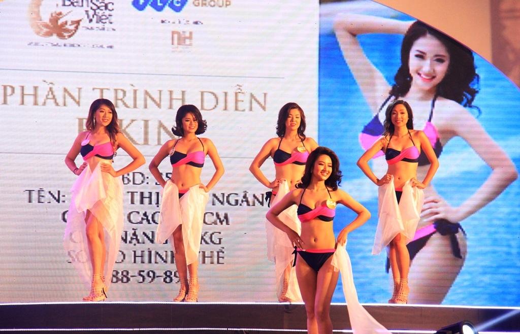 Các thí sinh nóng bỏng trong phần trình diễn bikini