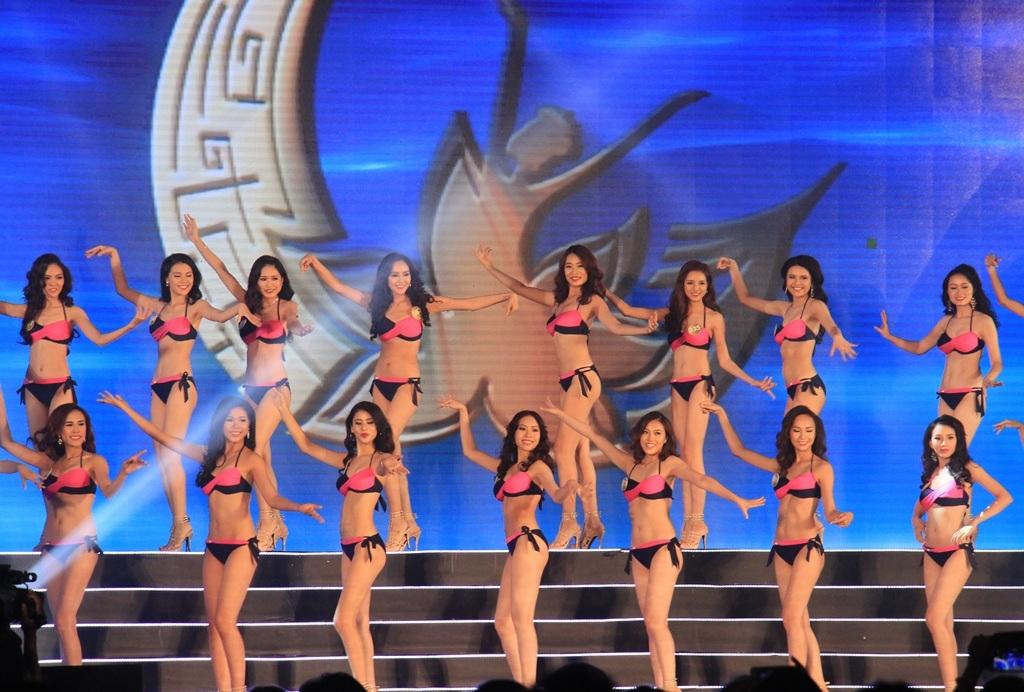 40 thí sinh trang tài đêm bán kết Hoa hậu Bản sắc Việt toàn cầu 2016 tại thành phố biển Quy Nhơn (Bình Định)