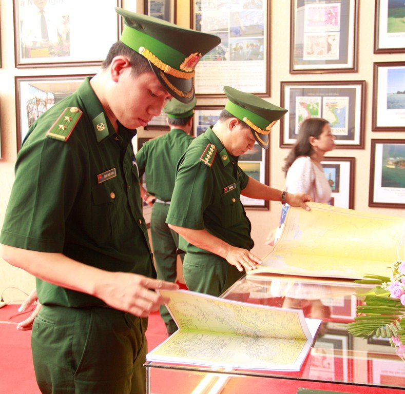 """""""Hoàng Sa, Trường Sa của Việt Nam - Những bằng chứng lịch sử và pháp lý"""" - 12"""