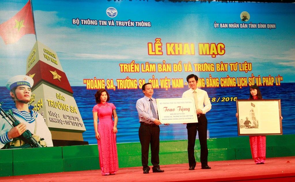 Đại diện Bộ Thông tin và Truyền thông trao tặng toàn bộ tư liệu và bản đồ cho tỉnh Bình Định để phục vụ cho công tác tuyên truyền đến nhân dân.