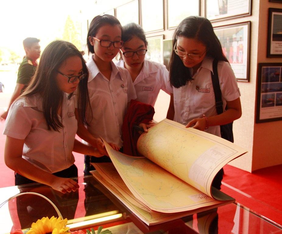 Triển lãm thu hút các em học sinh tham gia tìm hiểu về chủ quyền biển đảo Tổ quốc