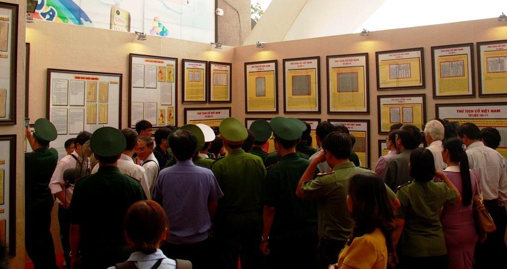 Đông đảo cán bộ, chiến sĩ và đại diện các tầng lớp nhân dân tham dự triển lãm