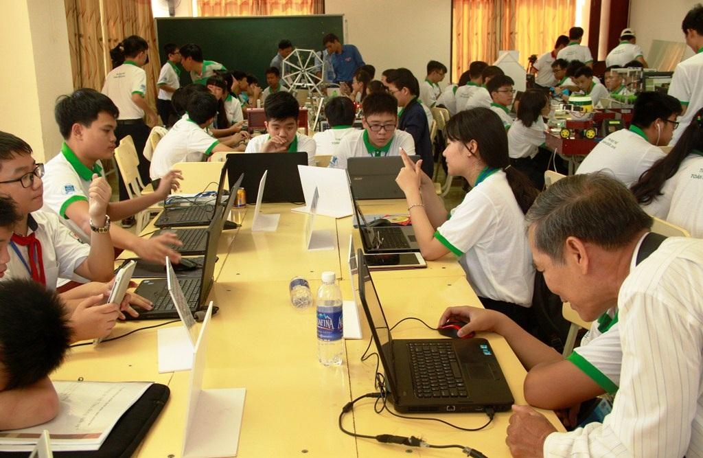 Các thí sinh đang dự thi ở phần thi phần mềm sáng tạo