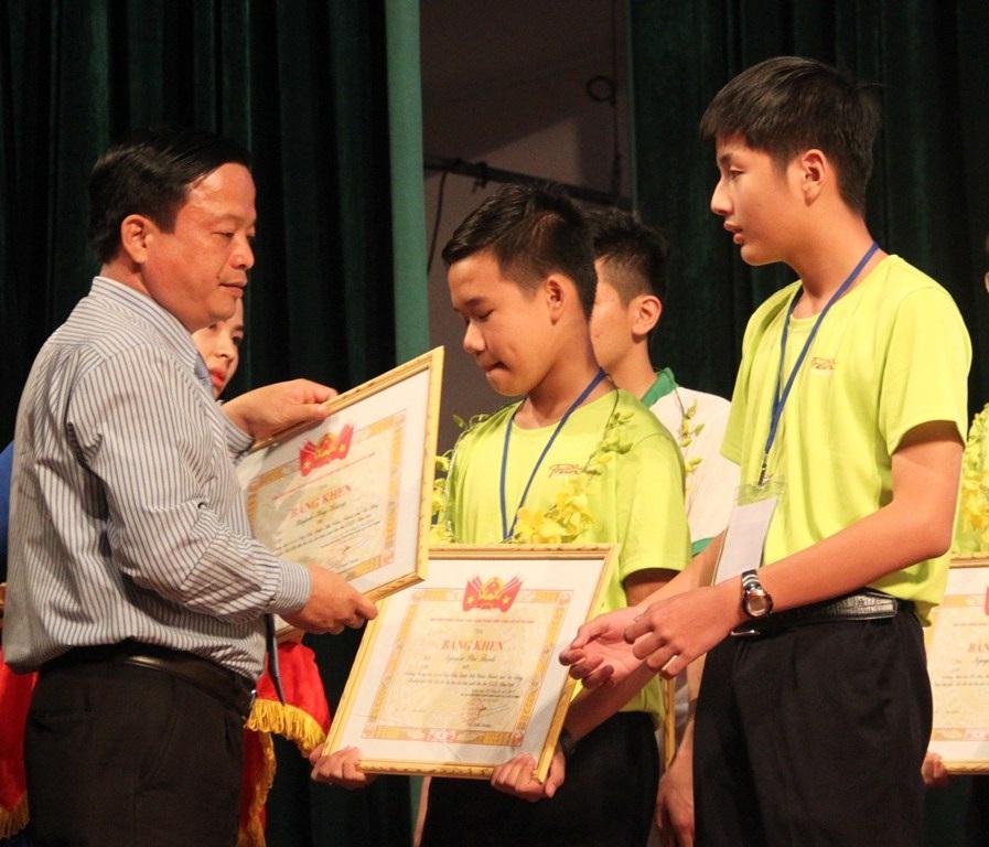 Ông Nguyễn Tuấn Thanh, Phó Chủ tịch UBND tỉnh Bình Định tặng bằng khen cho các thí sinh đạt giải cao
