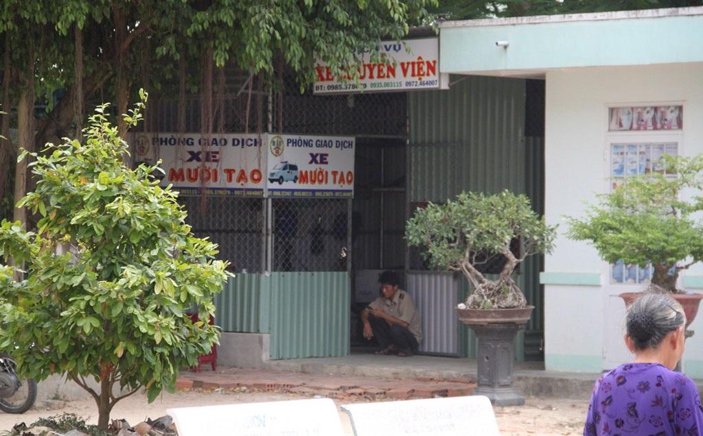 Nhà xe Mười Tạo dựng nhà ở làm điểm giao dịch ngay tại khuôn viên Trung tâm Y tế.