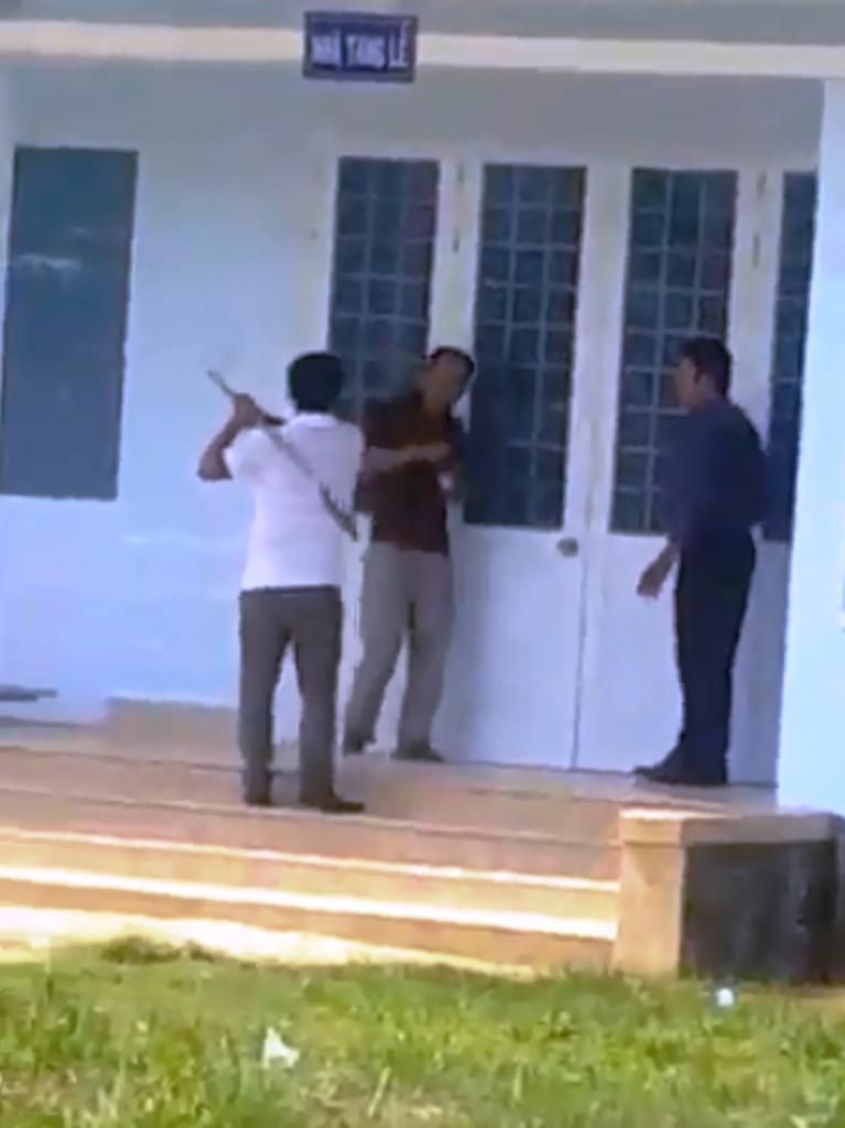 Một người cầm hung khí định chém tài xế Tuấn tại Nhà Tang lễ Trung tâm Y tế huyện Phù Mỹ (Bình Định).
